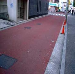 El camino que se pintó rojo del bajar de área para el beso & el paseo