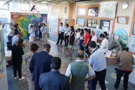 요코하마시내 시설을 시찰하는 모습의 사진