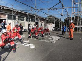 필리핀·마카티시의 소방 직원을 받아들이고 소방훈련을 실시하고 있는 사진