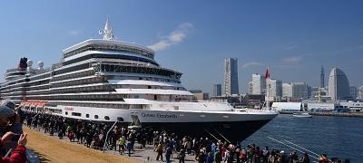 停泊中的觀光遊覽船