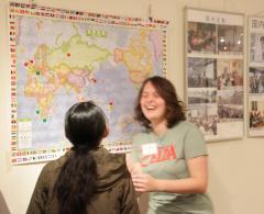 방문객에게 벨기에의 장소를 설명하는 유학생