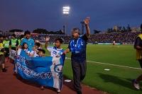 有橫濱足球會的旗子的區長和選手和兒童們
