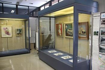 作品被在玻璃情況展覽的圖片
