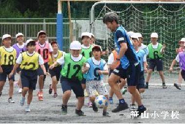 El estado sostenido del aula del fútbol en la escuela elemental en dónde un jugador participó
