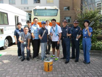 La fotografía del equipo de arranque delante de la oficina del pupilo