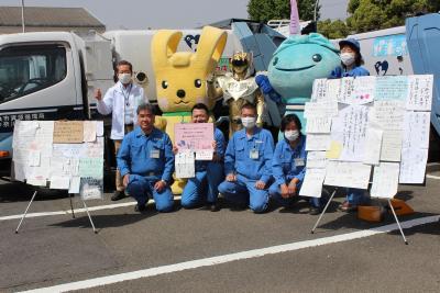 和各位的信一起拍紀念照了吧的(區長和資源循環局神奈川辦事處職員)照片
