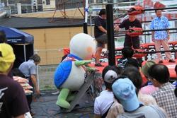 Tortuga Taro que va a escribir un anillo de la lucha libre profesional