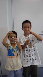Fotografía de los niños que hicieron el anillo clave