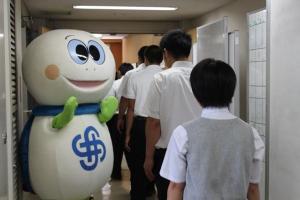 Tortuga Taro que se encuentra a un estudiante alto menor