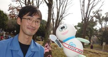 Tortuga Taro que entrevista al personal del Kanagawa que diseña la oficina de trabajos