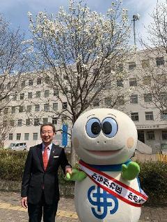 Director General y tortuga Taro y tulipán