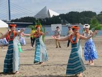 Es que un hula festivo organiza vivamente