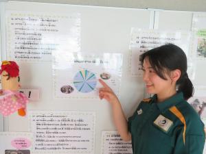 Personal de parque zoológico que explica el oso marsupial