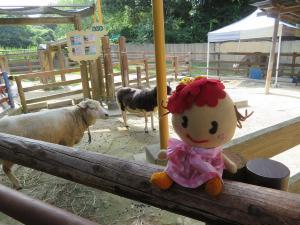 Peonía y una oveja y cabra