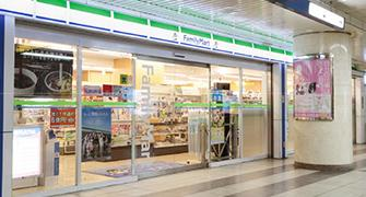 Es una imagen de .... la conveniencia tienda Yokohama Estación tienda.