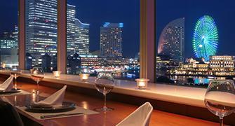 Es la imagen del Washington, Sakuragicho, hotel del Yokohama que cena & obstruye el lado de la bahía.