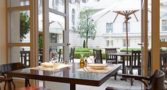Es una imagen de Hotel Nuevo Gran italiano el yl del restaurante ........