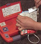 AED-9100 패드를 개봉하는 사진