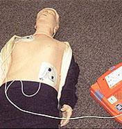 AED-9100 패드를 붙이는 사진
