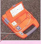 AED-9100 커넥터를 접속하는 사진