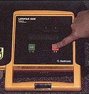 LIFEPAK500 통전 버튼을 누르는 사진