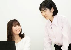 教導員和年輕的職員的照片