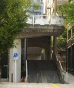 Es la fotografía de la entrada del puente pedestre.