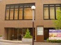 Es la fotografía de la entrada de la oficina de educación escolar norteña.