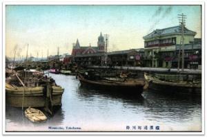 Yokohama ponen a babor el banco de río de pueblo.