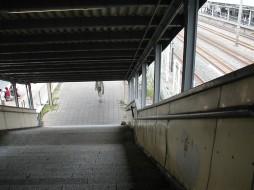 Photograph: Higashi-Kanagawa Station stairs