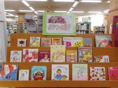 El pastel de bocados de despliegue de libro de niños del febrero