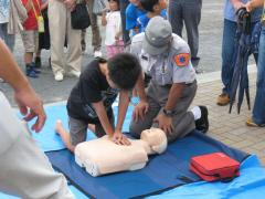 Boy who learns artificial respiration in disaster drill