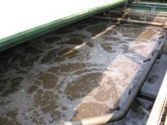 Fotografía de la superficie de tanque de reacción del agua