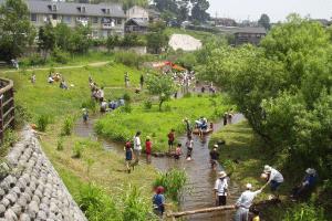 Base de Waterside (un killifish de puente de leño abren el espacio: el Río de Umeda) que fue colocada por la escuela en el proyecto del waterside