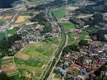 Fotografia do rio que flui pela cidade