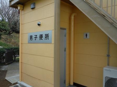 La fotografía del baño de entrada de parte de atrás del entrenamiento exhibe el espacio