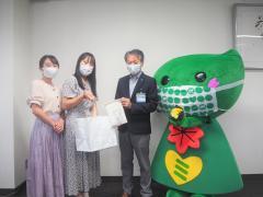 나카야마 유치원의 선생님과 기념 촬영한 사진