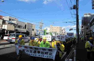 Es la imagen que parece desfilar por campaña de Campaña de Seguridad de Tráfico nacional primaveral en una calle principal.