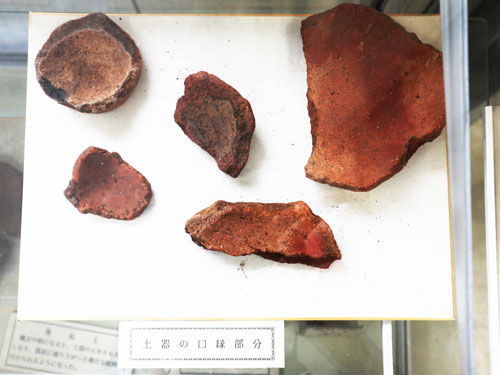 Earthenware vessels excavated in Daimaru remains are displayed