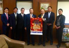 All of Yokohama-Chinatown development society cooperatives and photograph of Mayor Takemae