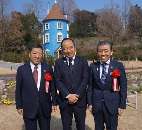 Goto SEIBU HOLDINGS's president, Mayor Takemae, souvenir picture of Okubo Mayor Iino