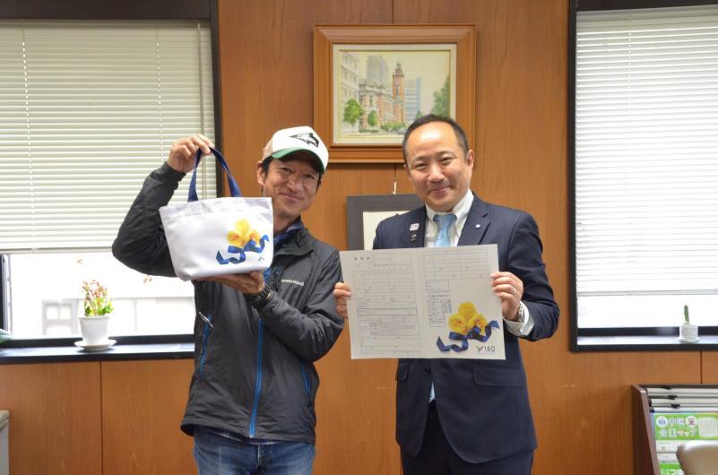 Photograph of Yuichi Fujita and bamboo Mayor Maenaka