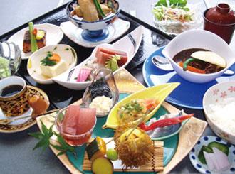 日餐和西餐相得益彰的套餐。春季性的時令涼菜拼盤提供馬鮫魚,春季蔬菜天婦羅以及櫻花冰激凌等,讓您能夠感受到