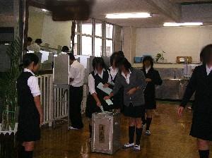 把實際的選舉機械材料用於的學生會選舉的樣子