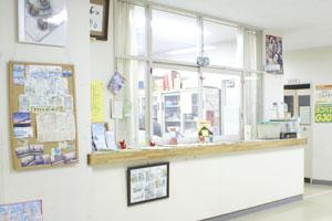Fotografía del escritorio de recepción de casa de comunidad