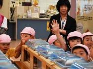 回答智力竞赛的幼儿园的儿童的样子