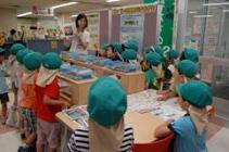 听说明的幼儿园的儿童的样子