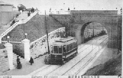 久保山的地鐵停車站的照片