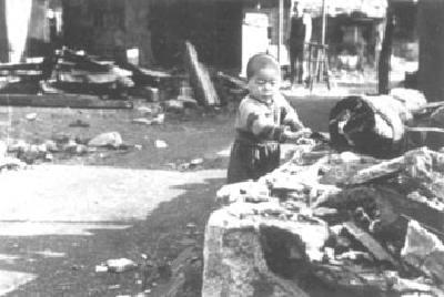 在廢墟玩的兒童的照片
