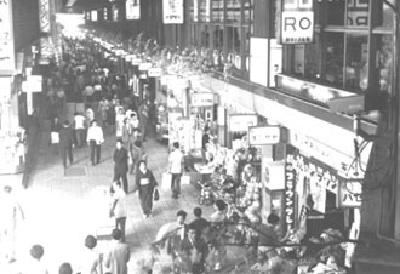 在1956年開設的橫濱站西口傑作街的照片